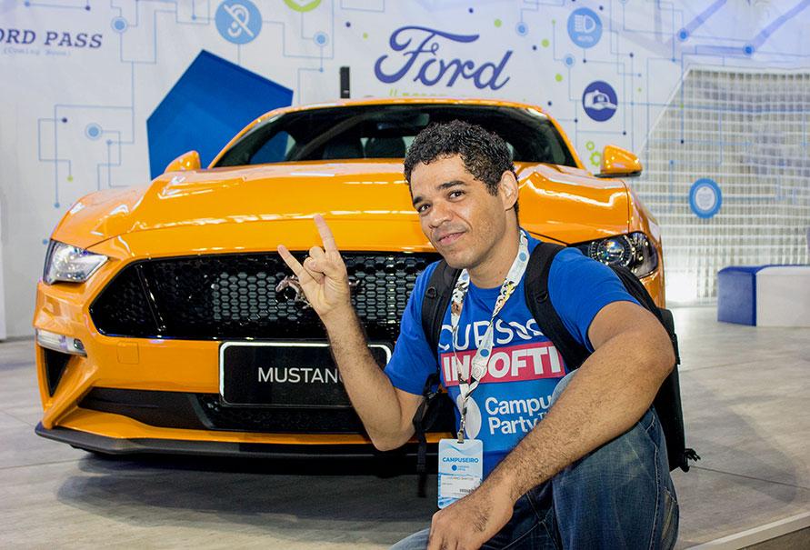 Luciano Marques curtindo o Mustang no stand da Ford